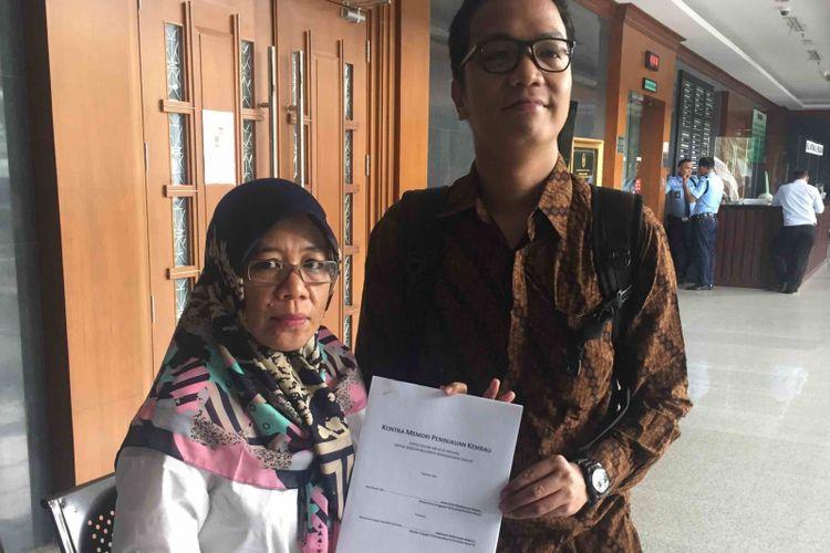 Koalisi Masyarakat Menolak Swastanisasi Air Jakarta (KMMSAJ) mengajukan kontra memori peninjauan kembali (PK) dalam perkara swastanisasi air Jakarta di Pengadilan Negeri Jakarta Pusat, Selasa (5/6/2018). Pengajuan kontra memori PK itu  merupakan tanggapan atas memori PK yang telah diajukan sebelumnya  oleh Kementerian Keuangan guna upaya hukum atas dimenangkannya gugatan KMMSJA di Mahkamah Agung. Dalam putusannya, MA mengabulkan gugatan koalisi yang menolak swastanisasi air di Jakarta.
