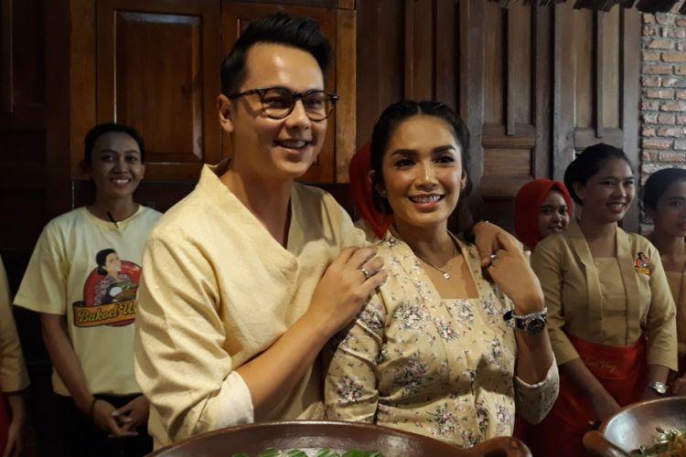 Ussy Sulistiawaty dan suaminya, Andhika Pratama, mengadakan acara pembukaan rumah makan baru mereka, Bakoel Ussy, di Jalan Dewi Sartika, Jakarta Timur, Rabu (26/9/2018).