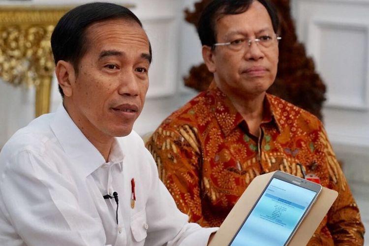 Presiden Joko Widodo melaporkan Surat Pemberitahuan Tahunan (SPT) Pajak Penghasilan (PPh) Wajib Pajak Orang Pribadi Tahun 2017 secara elektronik di Istana Merdeka, Jakarta, Senin (26/2/2018). Presiden didampingi oleh Direktur Jenderal Pajak Robert Pakpahan.