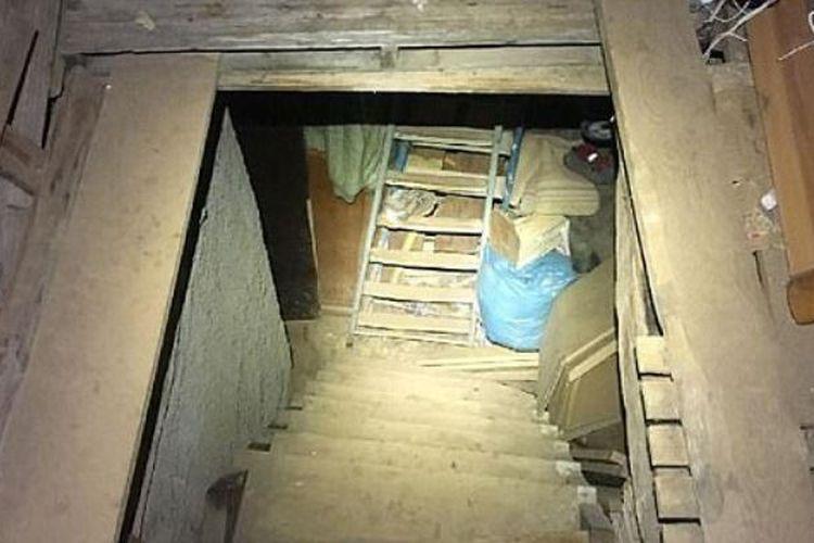 Tangga menuju ruang bawah tanah yang digunakan untuk menyekap seorang wanita selama sepuluh tahun.