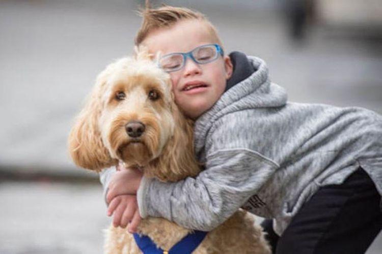 Anjing bernama Teddy bersama Riley yang diselamatkannya saat terjebak di mesin pengering pakaian.