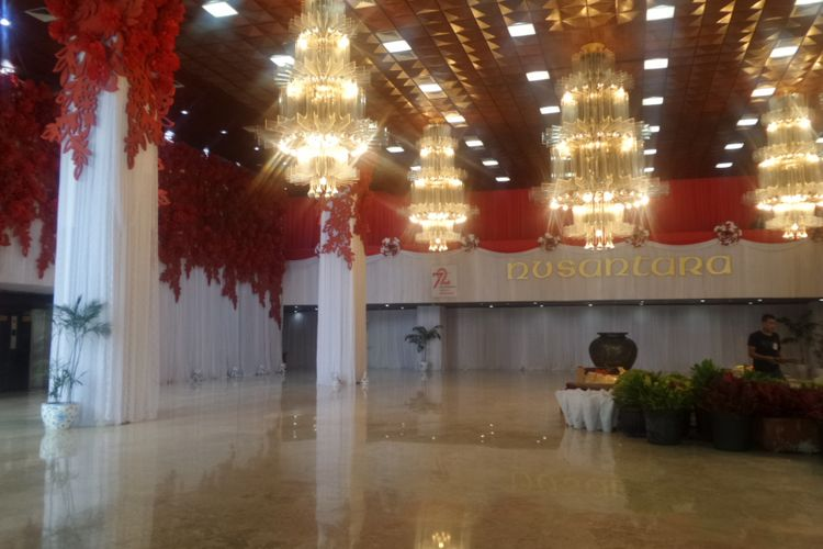 Dekorasi bernuansa merah-putih mendominasi lobi Gedung Nusantara, Kompleks Parlemen, Senayan, Jakarta, Senin (14/8/2017) jelang sidang Tahunan MPR, Rabu (16/7/2017).