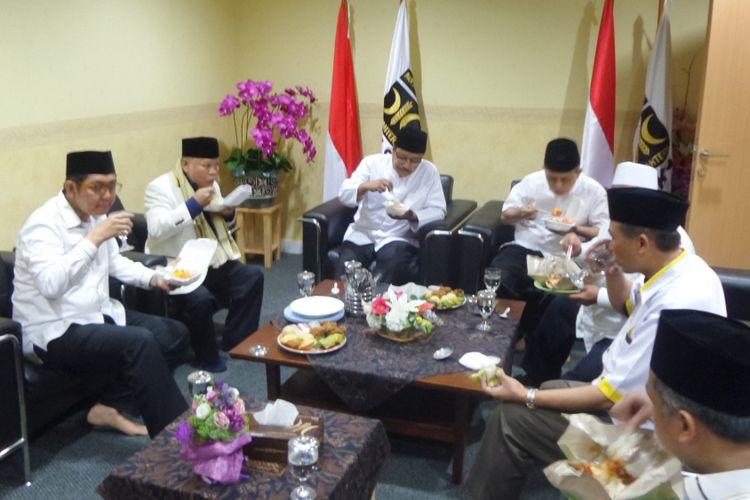 Saifullah Yusuf atau Gus Ipul sarapan bersama seusai menerima dukungan dari DPP PKS sebagai calon gubernur Jawa Timur di Kantor DPP PKS Jakarta, Rabu (10/1/2018).