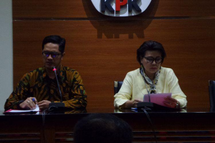 Wakil Ketua KPK Basaria Panjaitan dan jubir KPK Febri Diansyah dalam konferensi pers di gedung KPK, Jakarta, Rabu (21/3/2018).