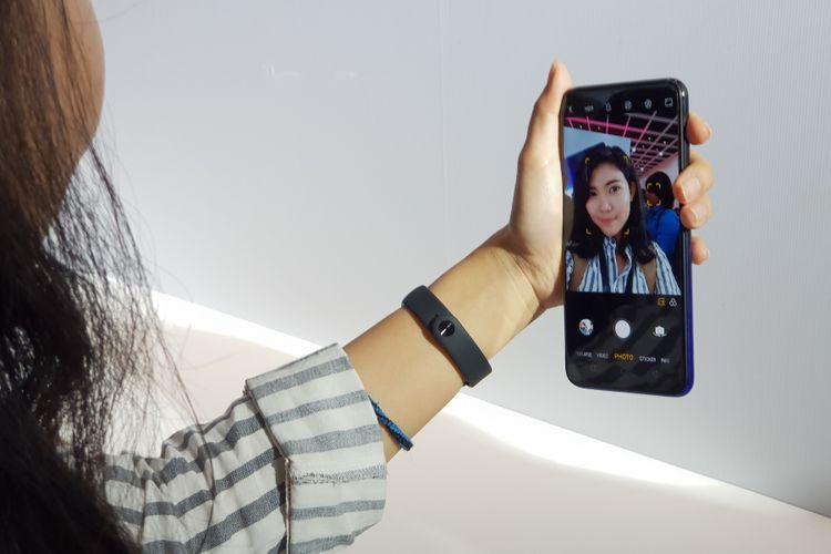 Kamera depan Oppo F9 berukuran 25 megapiksel dengan efek beautify.
