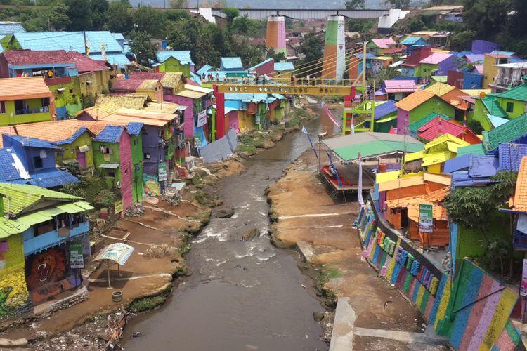 Kampung Warna - warni dan Kampung Tridi di Kota Malang, Jawa Timur yang dihubungkan oleh jembatan kaca, Selasa (10/10/2017)