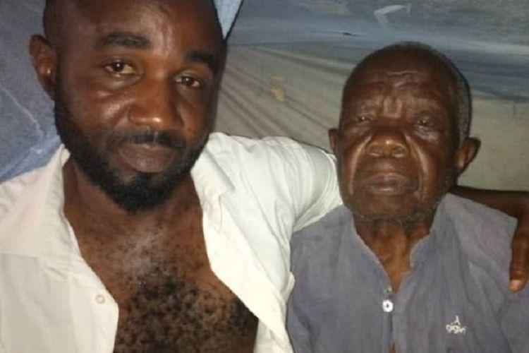 Paul Egbunuche (41) memeluk ayahnya, Celestine (100). Keduanya selama 18 tahun terakhir berstatus terpidana mati.