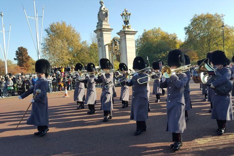 Salah satu prosesi dalam upacara changing of the guard, upacara pergantian pasukan pengawal di Buckingham Palace, kediaman resmi Ratu Inggris, Queen Elisabeth II, Senin (6/11/2017). Upacara pergantian biasanya berlangsung setiap hari Senin, Rabu, Jumat dan Minggu, sekitar pukul 11.00 WIB.