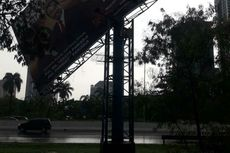 Petugas Evakuasi Baliho yang Hampir Ambruk di Tol Meruya