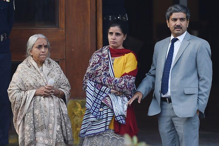 Terpidana mati kasus spionase asal India, Kulbushan Sudhir Jadhav saat bertemu istri dan ibunya di Kementerian Luar Negeri di Islamabad, Senin (25/12/2017).