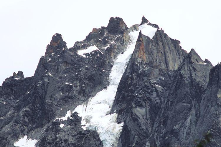 Salah satu bagian dari puncak Aiguille di Gunung Mont Blanc, pegunungan Alpen, Perancis.