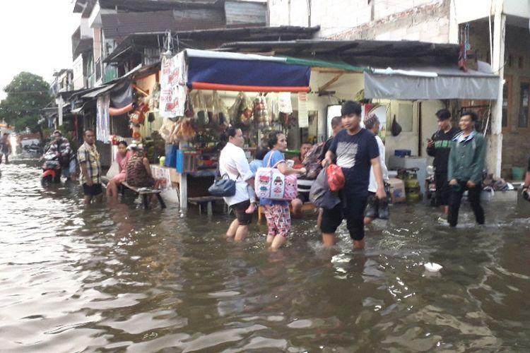 Sejumlah warga mengungsi akibat banjir yang merendam Jalan Kerapu 1 Muara Angke tidak kunjung surut, Jumat (25/1/2019).