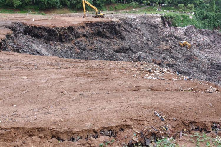 Dua alat berat melakukan proses pencarian korban tertimbun longsoran di TPSA Cilowong, Kota Serang. Dua orang perempuan diduga tertimbun dan belum ditemukan hingga saat ini.