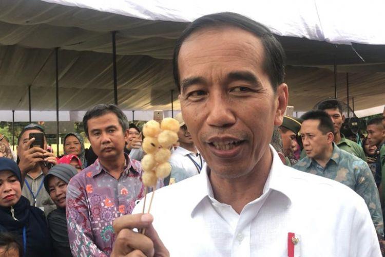 Presiden Joko Widodo memborong sejumlah dagangan ibu-ibu penerima program PNM Mekaar di Ciracas, Jakarta Timur, Kamis (10/1/2019).