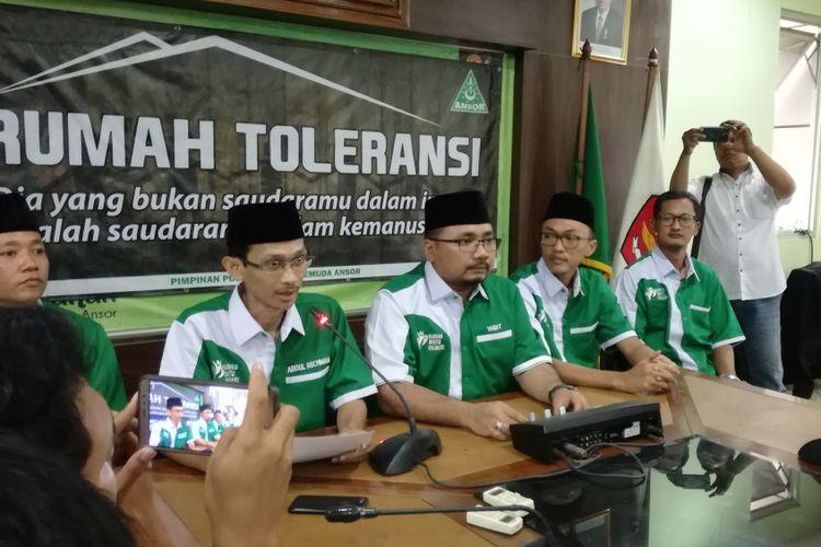 Sekjen GP Ansor Abdul Rochman (paling kiri) bersama Ketua Umum GP Ansor Yaqut Cholil Qoumas (tengah) dalam konferensi pers di gedung PP GP Ansor, Jakarta, Rabu (24/10/2018)