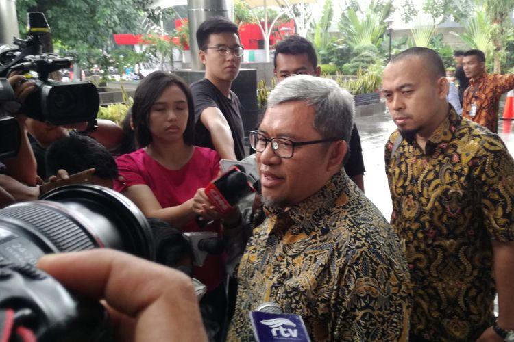 Mantan Gubernur Jawa Barat Ahmad Heryawan memenuhi panggilan pemeriksaan kasus Meikarta di KPK, Jakarta, Rabu (9/1/2019).