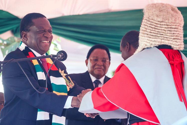 Emmerson Mnangagwa (kiri) saat diambil sumpah sebagai Presiden Zimbabwe di stadion di Harare pada Minggu (26/8/2018).