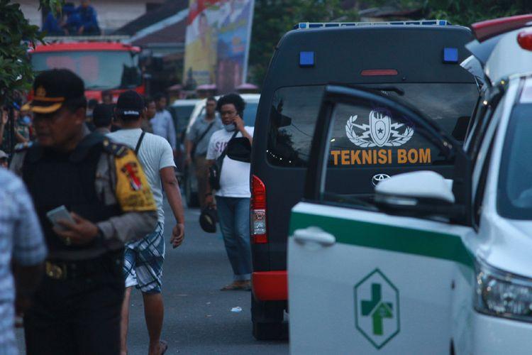 Petugas kepolisian berjaga di lokasi terjadinya ledakan yang diduga bom di kawasan Jalan KH Ahmad Dahlan, Pancuran Bambu, Sibolga Sambas, Kota Siboga, Sumatera Utara, Selasa (12/3/2019). Ledakan tersebut diduga terkait penangkapan terduga pelaku terorisme berinisial Hu alias AH di Sibolga, Sumut oleh Densus 88 Mabes Polri.
