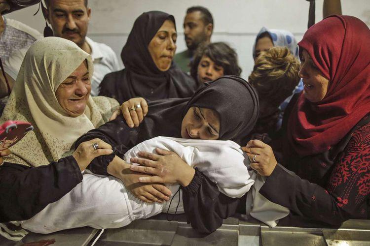 Luapan duka Ibu dari Leila al-Ghandour (tengah), bayi berumur 8 bulan asal Palestina yang tewas akibat insiden bentrokan dengan pasukan Israel di dekat perbatasan antara jalur Gaza dan Israel, di sebelah timur Kota Gaza, Senin (14/5/2018). Otoritas Palestina menyebut pasukan Israel telah menewaskan 55 orang dan melukai 2.700 orang dalam aksi protes dan bentrokan menentang pembukaan Kedutaan Besar Amerika Serikat di Yerusalem.