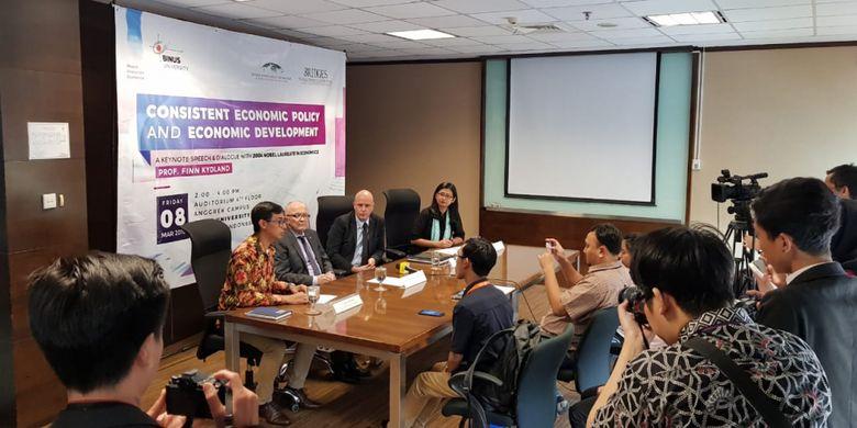 Binus University menghadirkan ekonom Prof Finn Erling Kydland, seorang ekonom Norwegia yang merupakan co-penerima Hadiah Nobel untuk bidang Ekonomi 2004 dalam seminar Consistent Economic Policy and Economic Development di Kampus Anggrek Binus, Jakarta (8/3/2019).