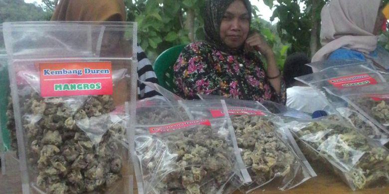 Keripik bunga durian dari Mangros Banjaroya. Warga membuatnya sebagai camilan oleh-oleh untuk para pelintas di jalur alternatif Magelang-Yogyakarta yang lewat Kecamatan Kalibawang, Kulon Progo.
