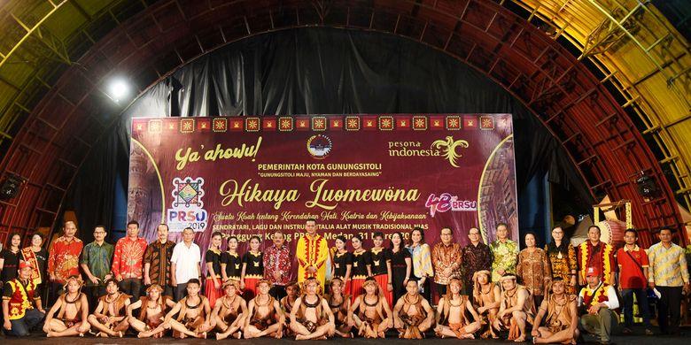 Usai pertunjukan aneka seni dan budaya dari Pulau Nias di Pekan Raya Sumatera Utara (PRSU).