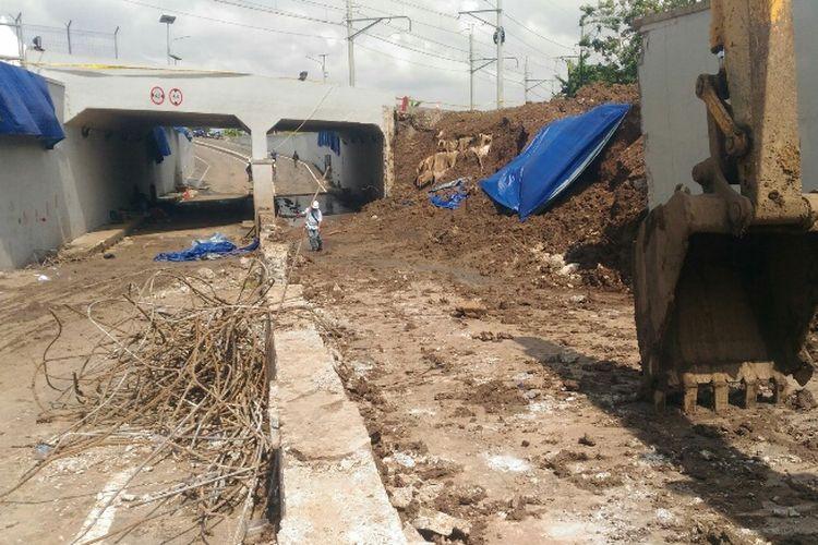 Puing-puing beton sisa reruntuhan tembok Perimeter Selatan Bandara Soekarno-Hatta dibersihkan dari badan jalan, Kamis (8/2/2018).