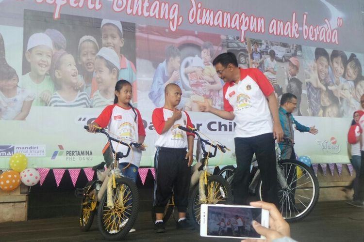Gubernur DKI Jakarta Djarot Saiful Hidayat membagikan sepeda untuk anak panti asuhan di Dufan, Rabu (23/8/2017).