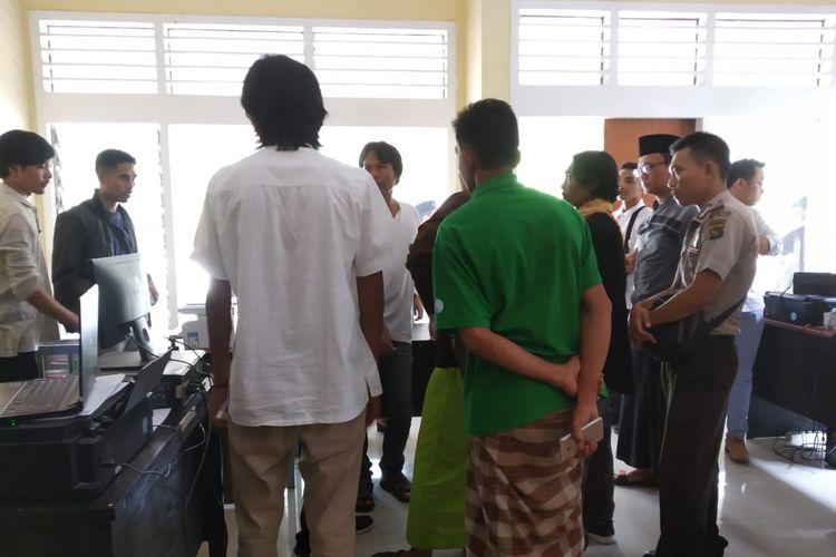 Puluhan warga minta Bawaslu Lombok Tengah mengembalikan nama calon anggota legislatif dari Golkar ke dalam DCT, Jumat (29/3/2019).