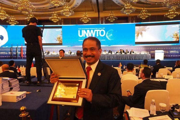 Menteri Pariwisata Arief Yahya memegang penghargaan video pariwisata Indonesia dalam lomba video pariwisata yang digelar oleh UNWTO di Chengdu, China.