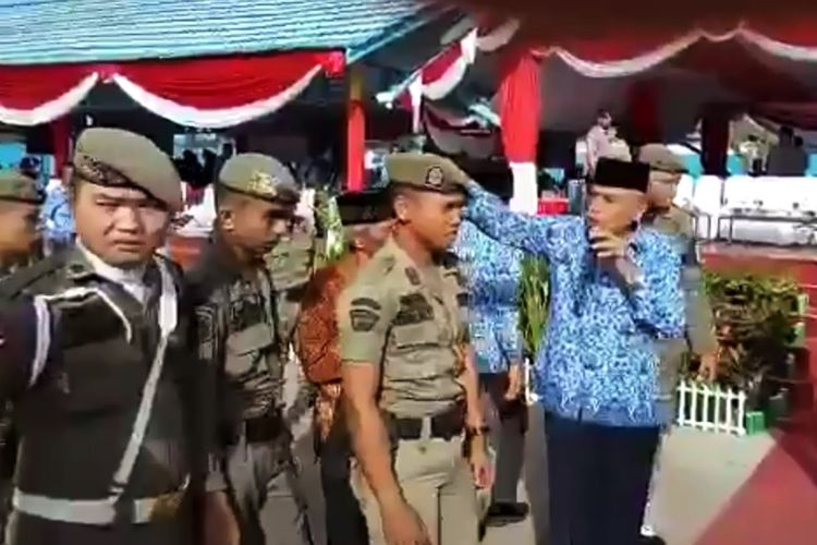 Wakil Gubernur Kaltara Udin Hianggio mengamuk saat akan melaksanakan upacara memperingati HUT ke-46 Korpri dan HUT ke-72 PGRI di Kabupaten Bulungan. Video  yang diunggah warga melalui akun FB ini viral dan menjadi perbincangan warga.