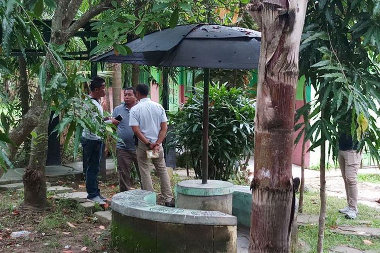 Olah TKP peristiwa penganiayaan guru SMAN 1 Torjun Sampang digelar tertutup dan hanya diikuti jajaran Reskrim Polres Sampang, Jawa Timur, Jumat (2/2/2018).
