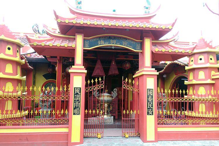 Pintu depan Kelenteng Kim Hin Kiong yang berlokasi di Jalan Dr Setia Budi Gang Klenteng No 56, Gresik.