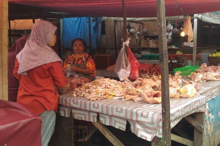 Harga sejumlah komoditas pangan di Pasar Ciputat, Tangsel terpantau stabil pada hari pertama puasa, Kamis (17/5/2018).