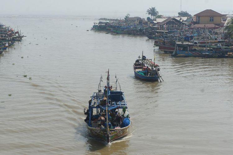 Nelayan di Desa Ciparagejaya, Kecamatan Tempuran, Kabupaten Karawang pulang melaut, Rabu (24/07/2019). Kebocoran minyak pada anjungan lepas pantai YYA-1 di area PHE ONWJ berdampak pada  turunnya hasil tangkapan nelayan.