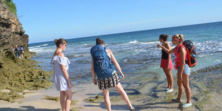 Turis mancanegara di pantai pasir putih Liang Mbala, Kelurahan Kota Ndora, Kecamatan Borong, Manggarai Timur, Flores, Nusa Tenggara Timur, Minggu (13/8/2017). Turis mancanegara sangat suka dengan keaslian alam Flores.