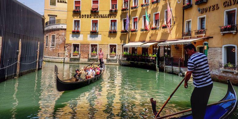 Gondolier harus lulus ujian ketat dengan persyaratan bahasa asing seperti bahasa Inggris dan bahasa lainnya. Ini adalah profesi turunan dari generasi ke generasi di Venesia.