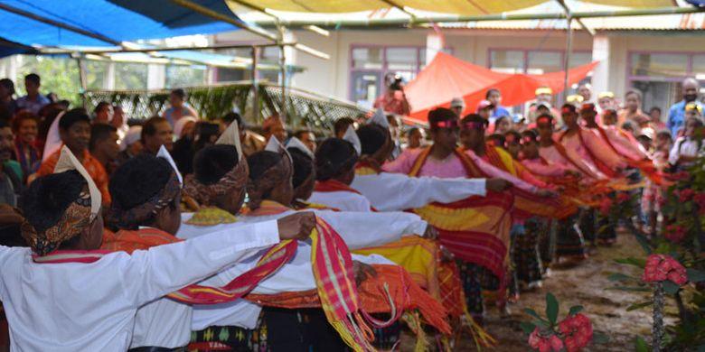 Siswa dan siswi Sekolah Dasar Inpres Nunur, Desa Mbengan, Kecamatan Kota Komba, Kabupaten Manggarai Timur, Flores, NTT, Selasa (1/8/2017) menari Umbiro sebelum puncak tradisi Umbiro dengan menarik tali.