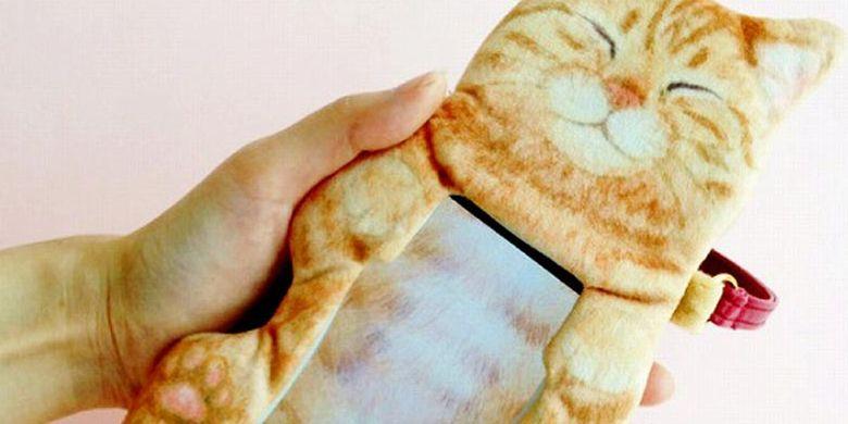 Tas smart phone berbentuk kucing yang lucu di Jepang.