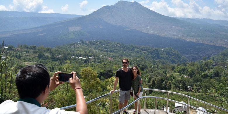 Wisatawan mancanegara (wisman) mengunjungi kawasan Geopark Batur di Kintamani, Kabupaten Bangli, Bali, Kamis (19/7/2018). Kementerian Pariwisata (Kemenpar) menargetkan devisa 1 miliar dollar AS dan jumlah kunjungan 1.102.500 wisman dari 11 geopark Indonesia hingga tahun 2019.