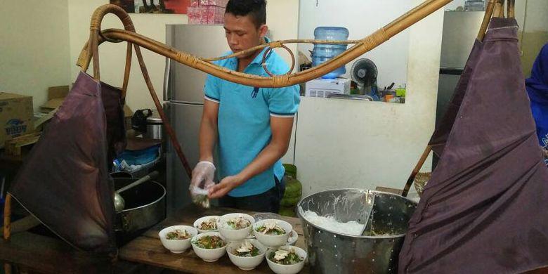 Soto Ayam Dargo Pak Wito menyajikan soto khas Semarang. Terdapat total 9 cabang yang tersebar di Semarang, Jawa Tengah, Rabu (3/5/2017). Cabang yang tertua berada di Jalan Hasanudin Raya.