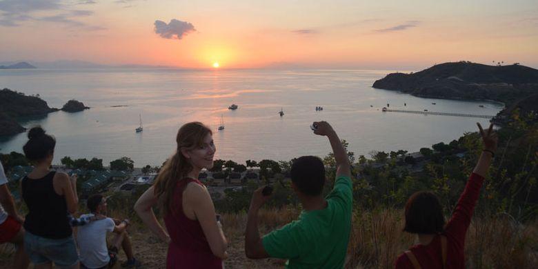 Turis Amerika sedang menikmati matahari terbenam di Bukit Silvia Labuan Bajo, Pulau Flores, Nusa Tenggara Timur, Senin (28/8/2017).