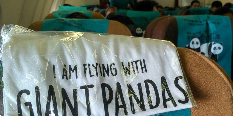 Dalam penerbangan pesawat Airbus 330-200 Garuda Indonesia dari China ke Indonesia, Kamis (28/9/2017), setiap penumpang mendapatkan kaus bergambar panda dan bertuliskan I AM FLYING WITH GIANT PANDAS.