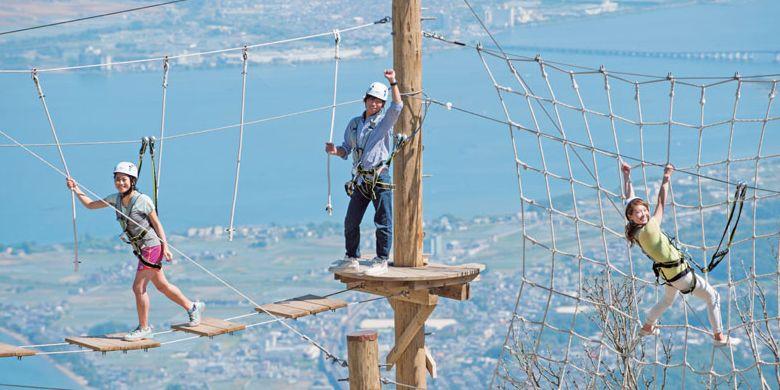 Menikmati Danau Biwa di Prefektur Shiga, bagian timur Kyoto dengan skywalker. Ini adalah aktivitas dengan menggunakan jembatan gantung yang bergoyang jika dilewati, jaring laba-laba di atas ketinggian 1.100 m di atas permukaan laut. Danau Biwa merupakan danau terbesar di Jepang.