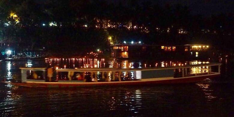 Naik kapal di Sungai Mekong, Laos.