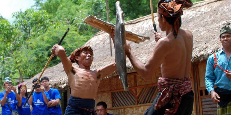 Dua pemain peresean (pepadu) bertarung dalam kesenian tradisional presean di Desa Ende, Lombok, NTB, Minggu (26/11/2017). Peresean merupakan kesenian tradisional suku Sasak yang dulunya diadakan setiap musim kemarau panjang, namun saat ini juga dipertunjukkan untuk wisatawan.