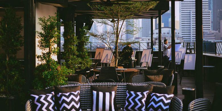 Bar At The Roof Top di atap Artotel Jakarta.
