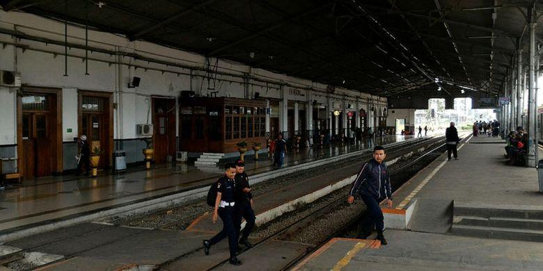 Stasiun Bogor yang masih terawat sejak penyempurnaan pada 1881. Stasiun ini merupakan salah satu infrastruktur di Jabodetabek yang menjadi bagian tonggak pemodernan perkeretaapian Indonesia oleh Belanda melalui elektrifikasi yang selesai pada 1930.