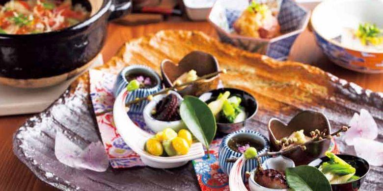 Kamakura Waku di Prefektur Kanagawa, Jepang, merupakan restoran khusus yang menyajikan menu Kaiseki-Ryori atau set menu khas Jepang yang umum disajikan pada acara-acara formal.