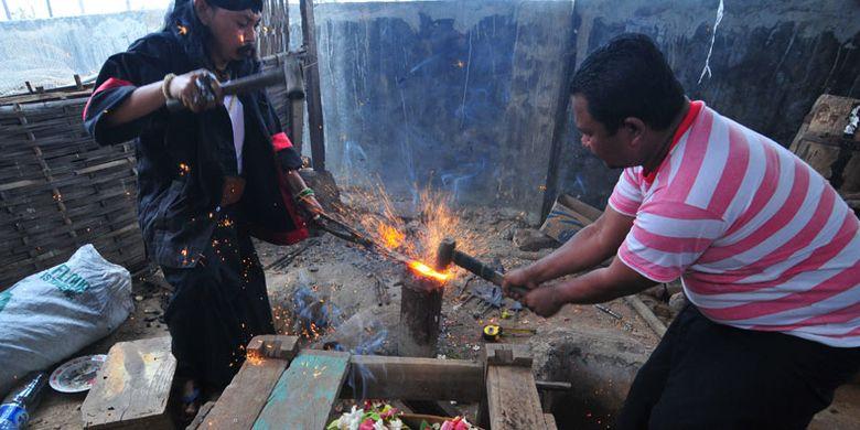 Di Desa Aeng Tong Tong, Sumenep, Jawa Timur, penduduk satu desa membuat keris berkualitas. Desa ini masih mempertahankan budaya sejak zaman Kerajaan Sumenep. Dahulu para raja Madura mempercayakan pembuatan keris dan senjata untuk prajurit dari desa ini.